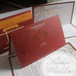 undngan pernikahan merah marun
